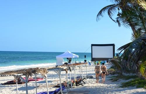 Kino am Strand mit aufblasbarer Leinwand