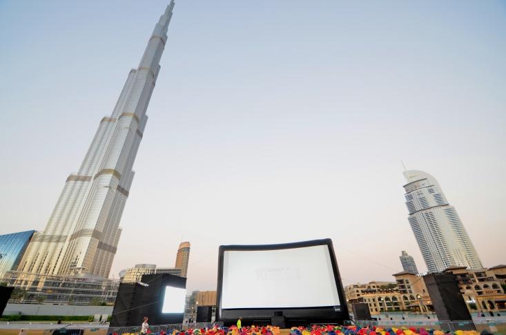 Open-Air-Kino vor dem höchsten Gebäude der Welt